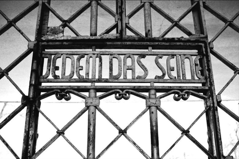 Надпись на немецком над входом в концентрационный лагерь смерти Бухенвальд сделанная немецкими нацистами: «Jedem das Seine» (Каждому свое).